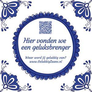 De geluksbrengers in Koog aan de Zaan zijn herkenbaar aan deze tegel. Ontwerp Ruben Timman, Gelukkig Zaans.