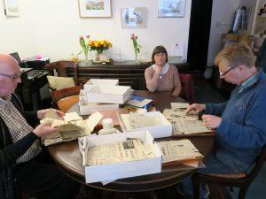 Archiefstukken uitzoeken voor de historische verenigingen, foto Sarah Vermoolen