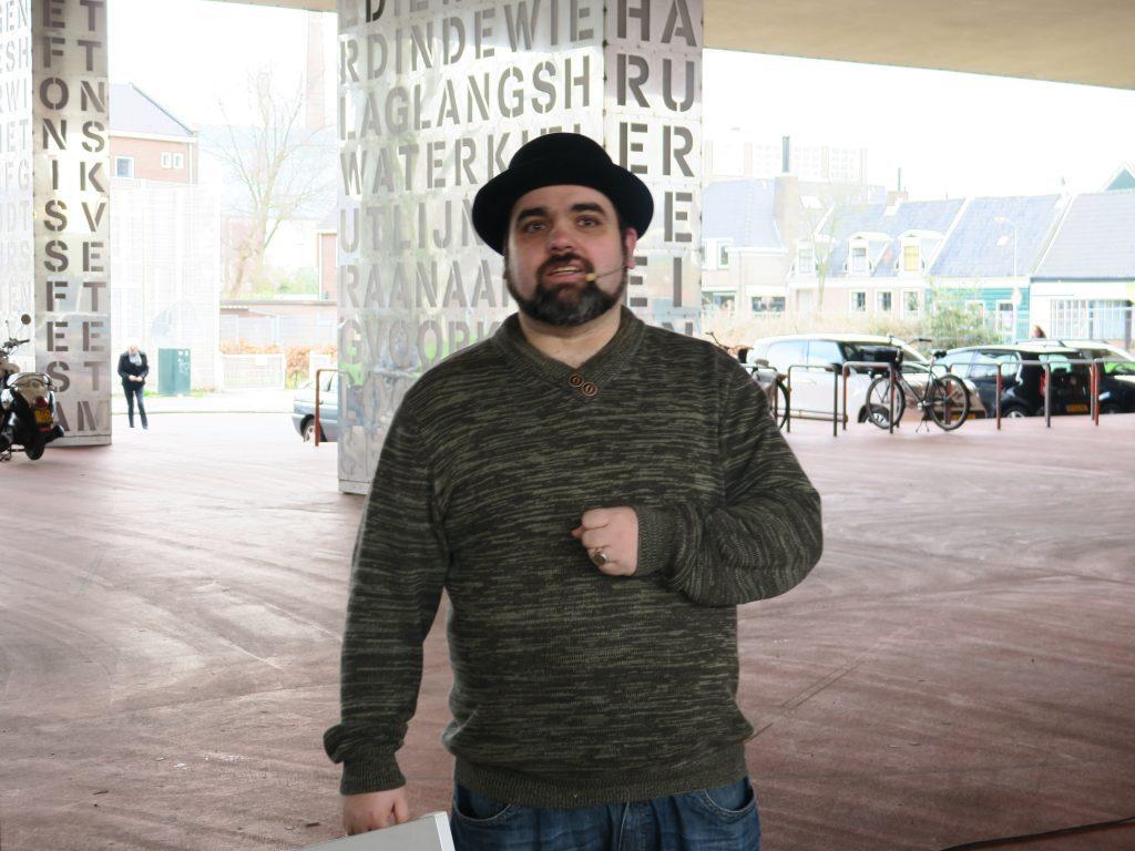 Verhalenverteller Giovanni Masetti vertelde een verhaal over een mooie ervaring als opbouwwerker in Koog aan de Zaan.