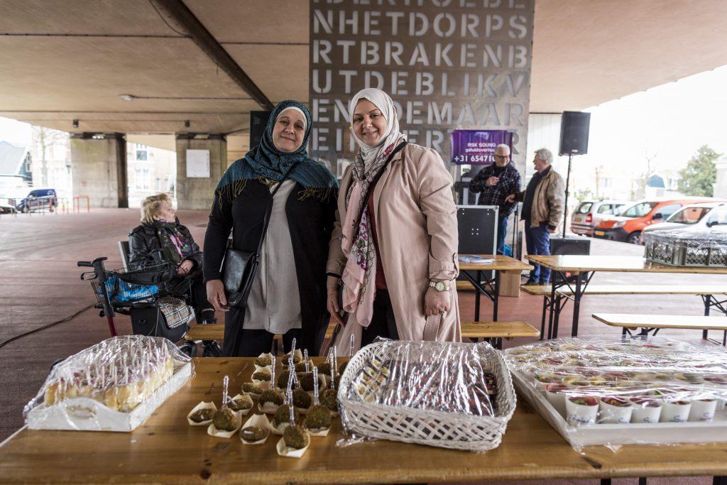 Shatha en haar zus hadden heerlijke Syrische hapjes gemaakt voor de opening van de buitenexpo Foto: Marjolein Oostingh en Ruben Timman   Nowords.nl