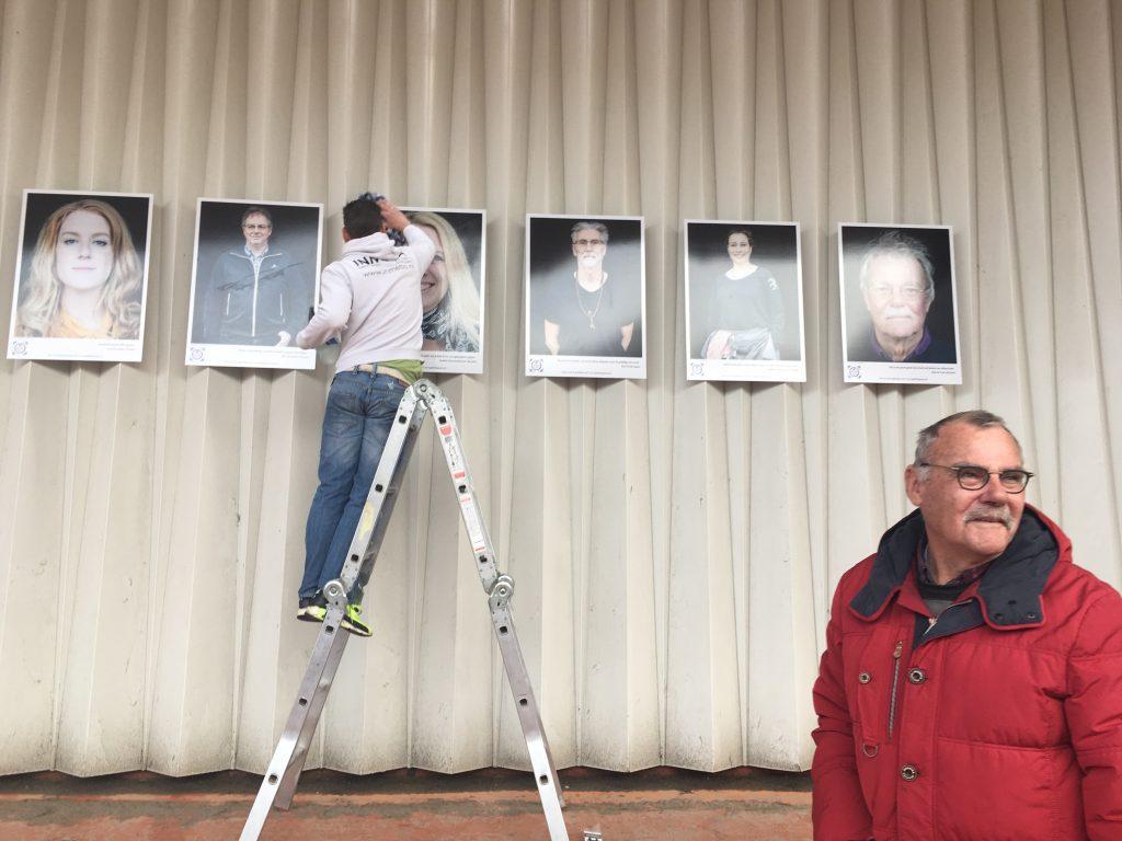 Deze meneer vroeg zich af hoe lang de foto's bleven hangen. En of hij zelf ook kans maakte om als geluksbrenger op de wand te komen.