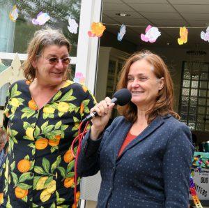 Vrijwilligster (links) en Lucy van der Wall die de wijkwaardering uitdeelt aan de vrijwilligers van Count Basie, foto Sarah Vermoolen