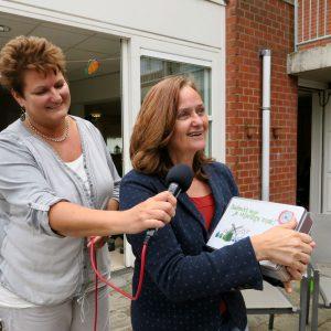 Annemieke Spreeuw (links) en Lucy van der Wall die de wijkwaardering uitdeelt aan de vrijwilligers van Count Basie, foto Sarah Vermoolen