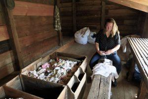Renate van Lith, vrijwilligster bij papiermolen De Schoolmeester in Westzaan, foto Sarah Vermoolen