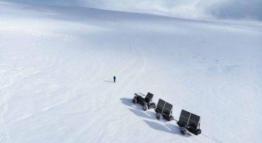 Expeditie Antarctica met een wagen van afvalplastic