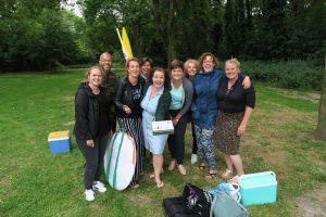 Vrijwilligers De Buurtcamping Burgemeester in 't Veldpark kregen de Wijkwaardering van wijkmanager Baukje Reitsma