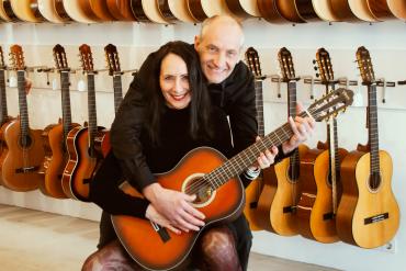 Een gitaar van Dirk Heijne en les van Jeff Heijne voor…